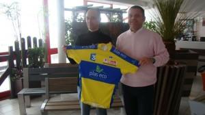L'organisateur du Tour de Normandie, Arnaud Anquetil (à gauche) a présenté le maillot de leader à Laurent Roussel, directeur de l'entreprise Plas Eco