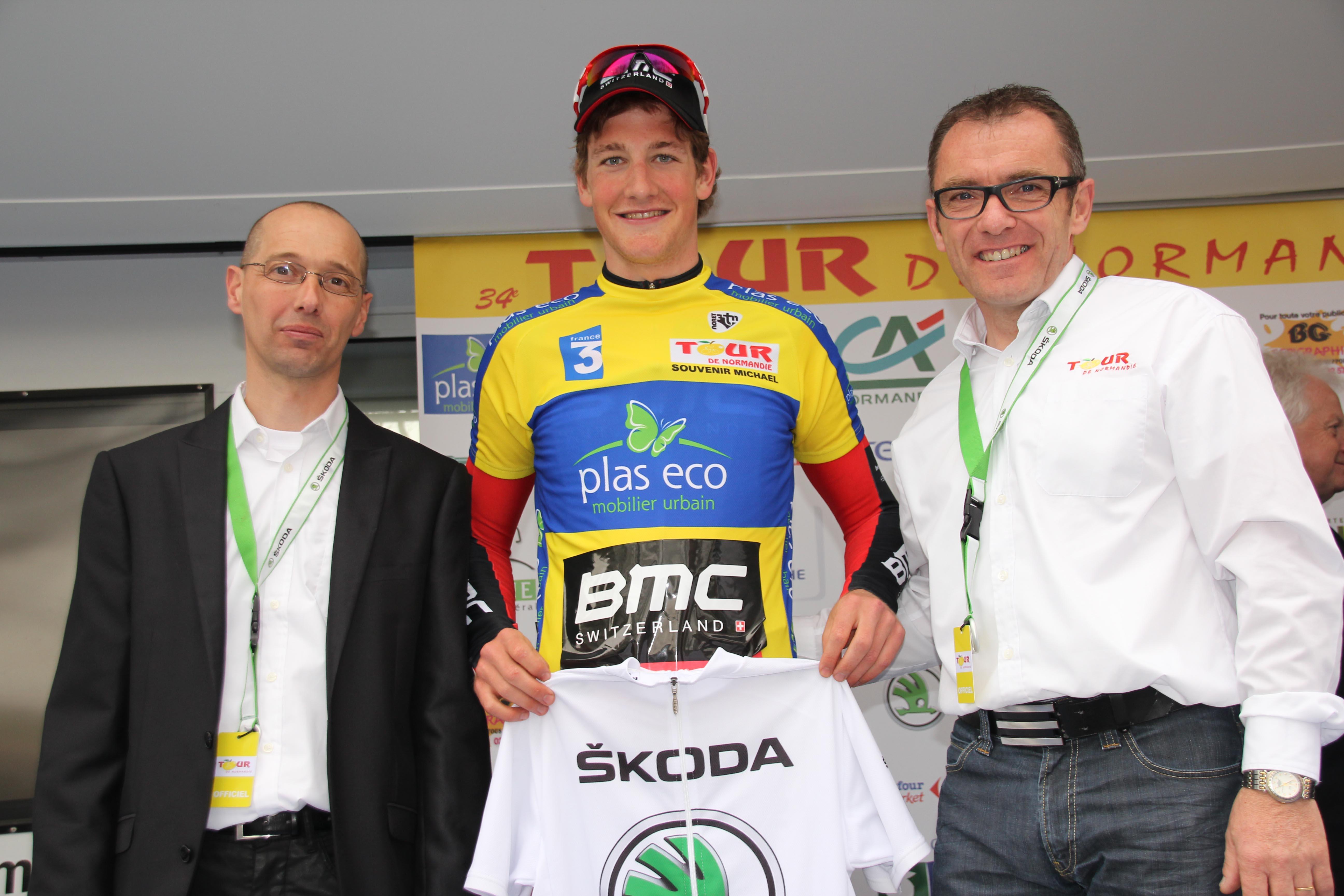 Arnaud Anquetil et Richard Vivien (à droite) entourent Stefan Kung, vainqueur du Tour de Normandie 2014